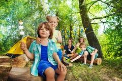 Due bambini felici con la caramella gommosa e molle arrostita sui bastoni Fotografie Stock Libere da Diritti