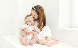 Due bambini felici delle sorelle che giocano insieme a casa Fotografie Stock