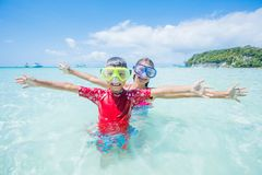 Due bambini felici nell'immersione subacquea maschera divertiresi sulla spiaggia Immagine Stock