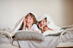 Lotta di cuscino con i bambini foto stock iscriviti gratis - Fratello e sorella a letto insieme ...