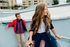 Due bambini: Gioco di bei bambini sull'inferriata nella via sulle scale fotografie stock libere da diritti