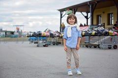 Due bambini, guardanti vanno concorrenza della corsa del carretto Fotografia Stock