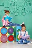 Due bambini hanno letto i libri nei vetri nella stanza Il concetto Fotografia Stock Libera da Diritti