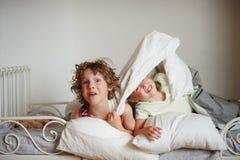 Camera da letto per due bambini illustrazione di stock - Fratello e sorella a letto insieme ...