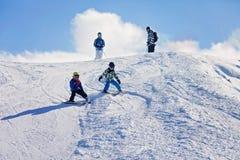 Due bambini piccoli, fratelli dei fratelli germani, scianti nel mounta austriaco Fotografia Stock Libera da Diritti