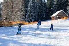 Due bambini piccoli, fratelli dei fratelli germani, scianti nel mounta austriaco Immagine Stock Libera da Diritti