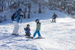 Due bambini piccoli, fratelli dei fratelli germani, scianti nel mounta austriaco Fotografie Stock Libere da Diritti