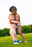 Due bambini sulla radura di sera Immagine Stock