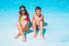 Due bambini sulla spiaggia immagine stock libera da diritti