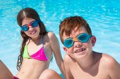 Due bambini sulla spiaggia fotografia stock