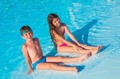 Due bambini sulla spiaggia fotografie stock libere da diritti