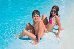 Due bambini sulla spiaggia immagini stock