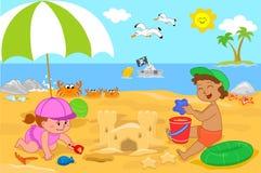 Due bambini svegli che giocano con la sabbia Fotografia Stock