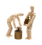 Due bambole di legno con il peso di equilibrio Fotografie Stock Libere da Diritti