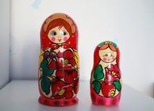Due bambole russe di matryoshka sono sulla tavola Immagini Stock Libere da Diritti
