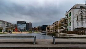 Due banchi che trascurano parco locale fotografia stock libera da diritti