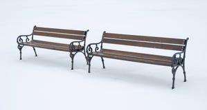 Due banchi di legno in un giorno di inverno Fotografie Stock