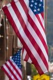 Due bandierine degli S.U.A. in una via Immagine Stock Libera da Diritti
