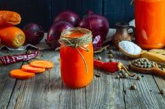 Due barattoli del succo di carota fresco Fotografia Stock