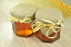 Due barattoli di miele delizioso fresco con il favo Fotografie Stock Libere da Diritti