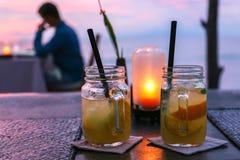 Due barattoli di mojito e una lampada in un tramonto Immagine Stock Libera da Diritti