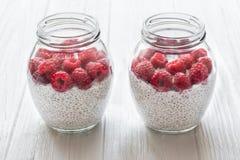 Due barattoli di vetro di budino dai semi di chia con latte di cocco e Fotografia Stock