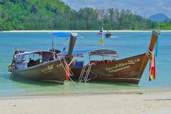 Due barca sulla spiaggia, Tailandia Immagini Stock