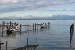 Due barche al pilastro nel lago Chiemsee immagine stock