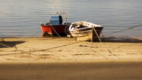 Due barche attraccate sulla spiaggia accanto a ogni altro Immagini Stock Libere da Diritti