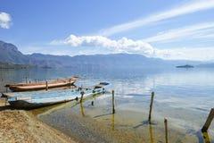 Due barche che si siedono sulla banca del fiume di Lugu in Lijiang, il Yunnan, Cina fotografia stock