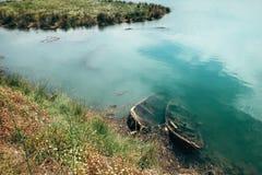 Due barche di legno incavate del ` s del pescatore nell'acqua di fiume alla N Fotografie Stock Libere da Diritti