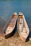 Due barche di legno sulla riva del fiume Fotografia Stock