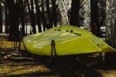 Due barche gialle di sport sulla riva Fotografia Stock