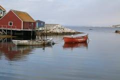 Due barche legate al pilastro con l'oceano nei precedenti Fotografia Stock