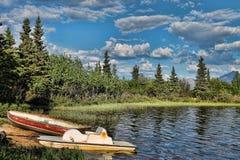 Due barche a remi su un lago blu Immagini Stock Libere da Diritti