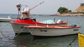 Due barche rosse sull'onda stock footage