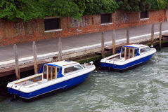 Due barche sul canale Immagini Stock