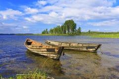 Due barche sul lago sulla priorità bassa del cielo blu Immagine Stock