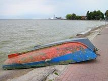 Due barche sulla riva dello sputo di Curonian, Lituania Fotografie Stock Libere da Diritti