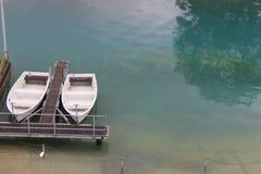 Due barche in un lago immagini stock libere da diritti