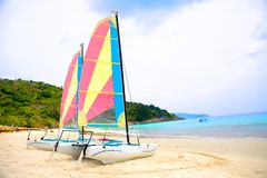 Due barche a vela da una spiaggia sabbiosa Fotografia Stock