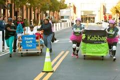 Due basi della corsa delle squadre nella corsa dispari del materasso Fotografie Stock
