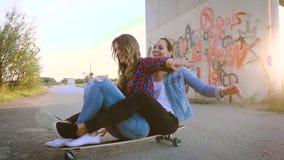 Due bei e giovani donne divertendosi con il pattino archivi video