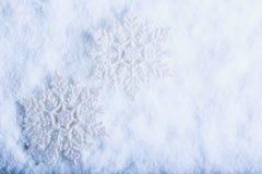 Due bei fiocchi di neve d'annata scintillanti su un fondo bianco della neve di gelo Concetto di Natale e di inverno Immagine Stock Libera da Diritti