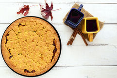 Due bei tazze & x28; blu scuro e yellow& x29; con caffè, tè e di recente il dolce casalingo al forno con l'albicocca immagine stock libera da diritti