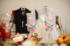 Due bei vetri di nozze sui precedenti di un ricevimento nuziale Fotografia Stock Libera da Diritti