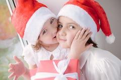 Due belle bambine con i regali di Natale Fotografie Stock