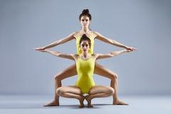 Due belle donne che fanno asana di yoga del partner Fotografia Stock Libera da Diritti