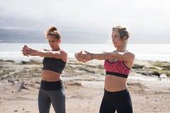 Due belle donne che fanno forma fisica fuori Fotografia Stock Libera da Diritti