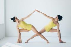 Due belle donne che fanno il asana di yoga hanno esteso la posa di angolo laterale Fotografie Stock